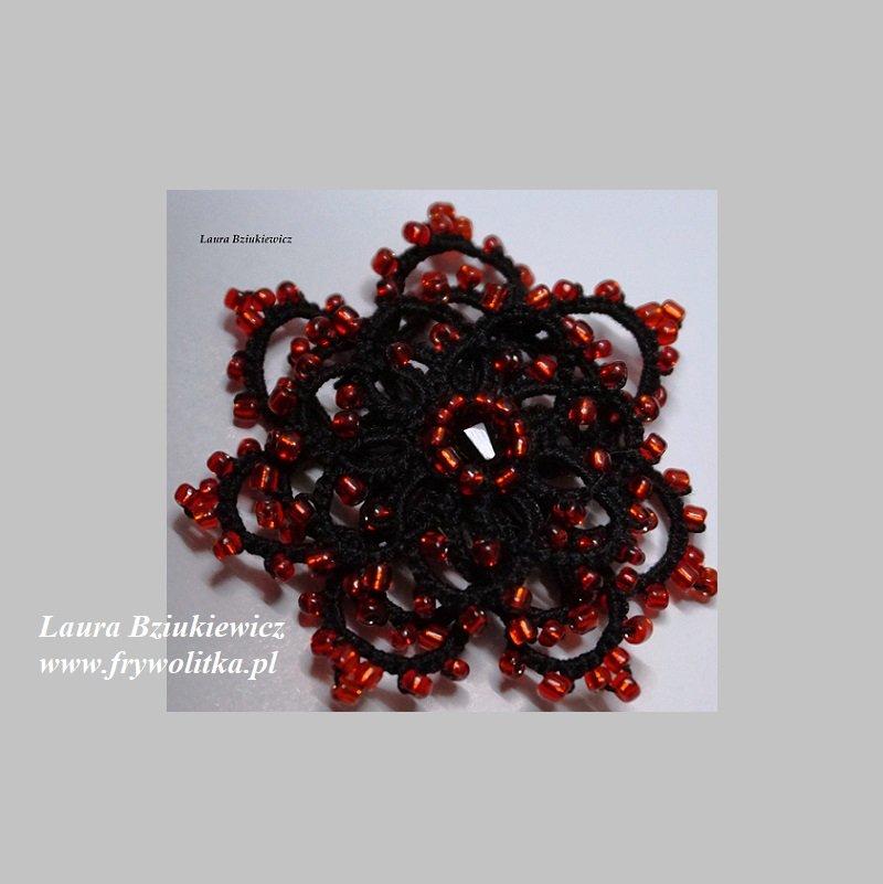 Frywolitkowy kwiat - broszka. Wykonanie Laura Bziukiewicz
