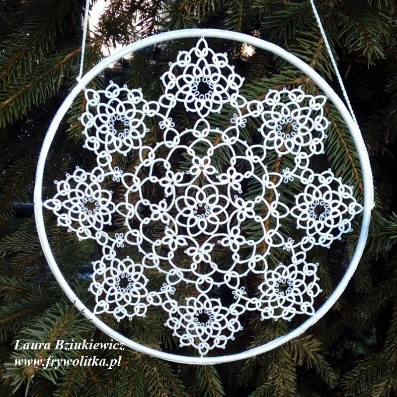Zimowy frywolitkowy obrazek. Wykonanie Laura Bziukiewicz