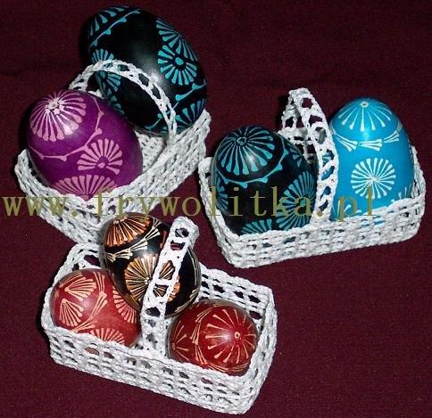 Koszyczki z koronki szydełkowej z pisankami kurpiowskimi